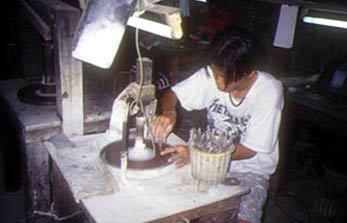 Artesano tailandés desbastando un zafiro (Foto: Cristina Sapalski).