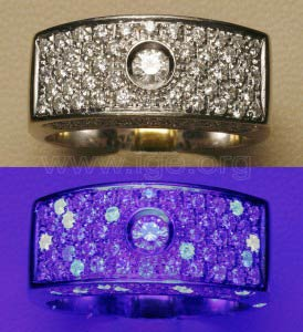Fluorescencia de diamantes a la luz UV de onda larga. Se observan algunos diamantes con fluorescencia amarillenta.