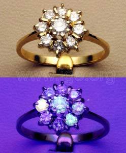 Fluorescencia de diamantes a la luz UV de onda larga.