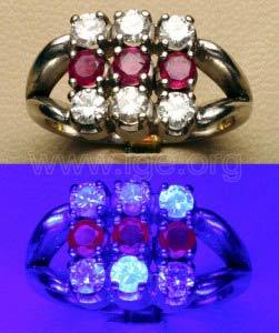 Fluorescencia de diamantes y rubíes a la luz UV de onda larga. Además de la fluorescencia azulada de algunos diamantes, se observa la fluorescencia roja débil de rubíes.