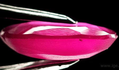 Rubíes sintéticos Melt Verneuil, sólo desbastados en la culata.